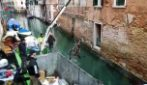 Venezia, gondolieri sub puliscono i canali: viene fuori di tutto