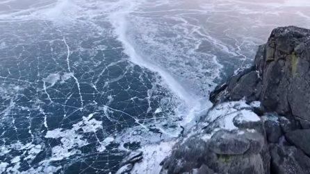 Una rete di ghiaccio che diventa un labirinto: lo spettacolo del lago più profondo del mondo