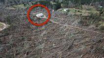 Solleva un drone dopo il violento tornado e fa una scoperta sconcertante