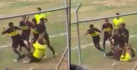 Calciatori prendono a calci e pugni l'arbitro perché non assegna un fallo: le immagini choc