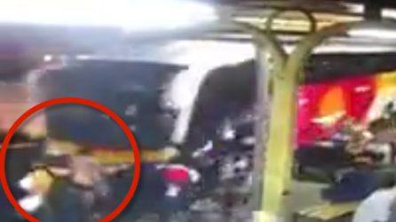 Bus travolge i passeggeri durante la manovra