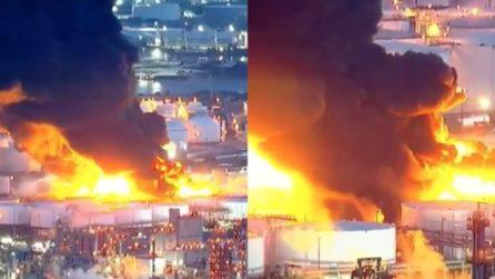 Un inferno di fuoco scatena il panico in città: le immagini spaventose