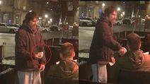 """Dà la carta di credito e il pin a un senzatetto: """"Ritira 20 sterline e tienile per te"""""""