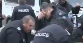 """Polizia usa spray al peperoncino contro i manifestanti: il vento, però, """"colpisce"""" gli agenti"""
