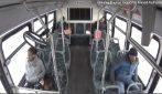 Auto si schianta contro autobus, muoiono tre persone: le immagini choc