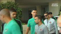 I tifosi gli porgono la maglia, CR7 la firma... ma è quella del Real Madrid