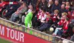Il bellissimo gesto di Dudek: abbandona la partita per giocare con un ragazzino disabile