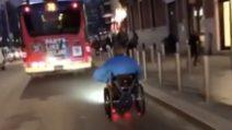 Milano, seduto sulla carrozzina rincorre l'autobus