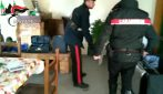 Minaccia l'amante con la pistola, i carabinieri gli trovano la droga in casa: arrestato