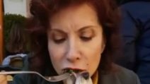 Alda D'Eusanio e il video del cagnolino che mangia dalla sua bocca
