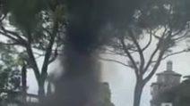 Gardone Riviera, si sente male alla guida ed esce fuori strada: donna intrappolata in auto in fiamme