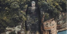 La spettacolare statua scolpita nella montagna: uno scenario da brividi