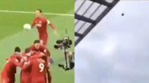 Van Dijk esulta dopo il gol del Liverpool e scaraventa il pallone fuori dallo stadio