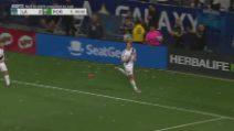 Show di Ibrahimovic: palo con mossa di karate e cucchiaio su rigore