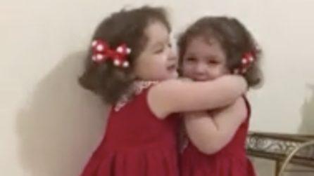 Le gemelline vestite di rosso si abbracciano: quanto amore tra sorelle