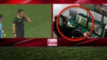Nella stanza del Var l'arbitro misura il fuorigioco con un foglio di carta: incredibile ma vero