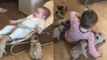 """I bambini accolgono i nuovi """"fratellini"""": un incontro tenerissimo"""