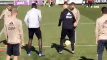 I calciatori dell'Ajax prendono in giro l'allenatore e lo umiliano durante il torello