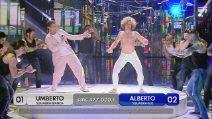 Umberto si esibisce mentre canta Ricky Martin, l'esibizione è spettacolare