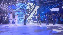 Ermal Meta e Fabrizio Moro cantano con le squadre bianca e blu