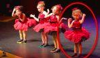 Quattro tenere bimbe salgono sul palco: ma attenzione a quella a destra