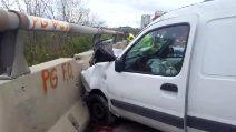 Mercogliano (Avellino): incidente stradale, auto contro furgone, 5 feriti