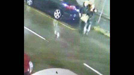 Milano, attraversano la strada e vengono scaraventati all'aria da un'auto: il video choc