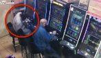 Porta via 8 mila euro dallo slot machine ma rubandoli: le telecamere lo incastrano