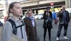 Greta Thunberg arriva a Roma, le persone le chiedono selfie