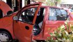 Milano, perde il controllo dell'auto: finisce nella vetrina di un bar