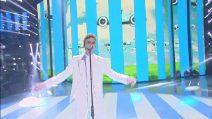 """Amici - Mameli canta """"Ma il cielo è sempre più blu"""" e non convince la Bertè"""