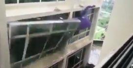 Il vento violentissimo strappa una grossa vetrata: gli effetti del ciclone sono devastanti