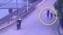 Donna cammina con i suoi figli prima di ucciderli