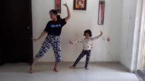 Mamma e figlia danno vita a un divertente balletto quando parte la musica