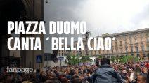 """25 Aprile, centinaia in piazza Duomo a Milano cantano """"Bella ciao"""" per la festa della Liberazione"""