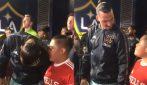 Il bambino è nervoso, il gesto di Ibrahimovic per calmarlo è da vero campione