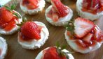 Mini cheesecake bites with strawberry: a tasty no-bake dessert
