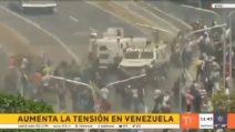 Venezuela, tensione a Caracas: blindati dell'esercito su dimostranti