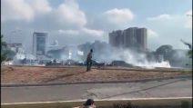 Caos Venezuela, scontri tra i militari fedeli a Maduro e i sostenitori di Guaidó