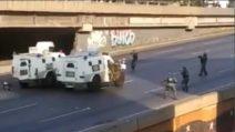Venezuela, militari accerchiano i blindati: le immagini dei disordini