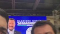 """Ancora un selfie - beffa per Salvini: """"Dove sono i 49 milioni della Lega"""""""