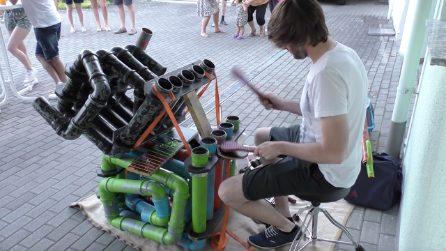 Artista di strada costruisce una batteria con materiale di riciclo. La sua musica è sorprendente