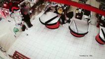 Gorgonzola, rapina a mano armata nel supermercato: malviventi incastrati dagli abiti utilizzati
