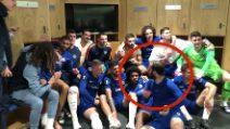 Tutti ridono, Higuain si arrabbia: l'episodio negli spogliatoi del Chelsea durante la foto