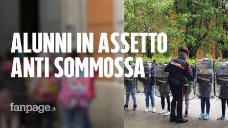 Cremona, alunni in assetto anti sommossa durante la gita dai Carabinieri: genitori divisi