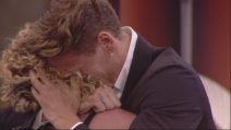Grande Fratello 2019, Gennaro Lillio incontra la madre e l'abbraccia in lacrime