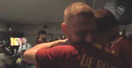 Roma, l'emozionante abbraccio dei compagni di squadra a De Rossi