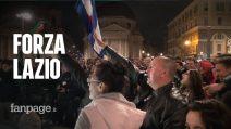 Coppa Italia, Lazio campione e i tifosi scendono in strada a festeggiare tra inni al duce e bagni in fontana