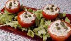 La ricetta per un contorno light: pomodori ripieni con formaggio e tonno