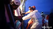 """Sbarcati i 47 migranti della Sea Watch, Salvini: """"Denuncio tutti"""""""